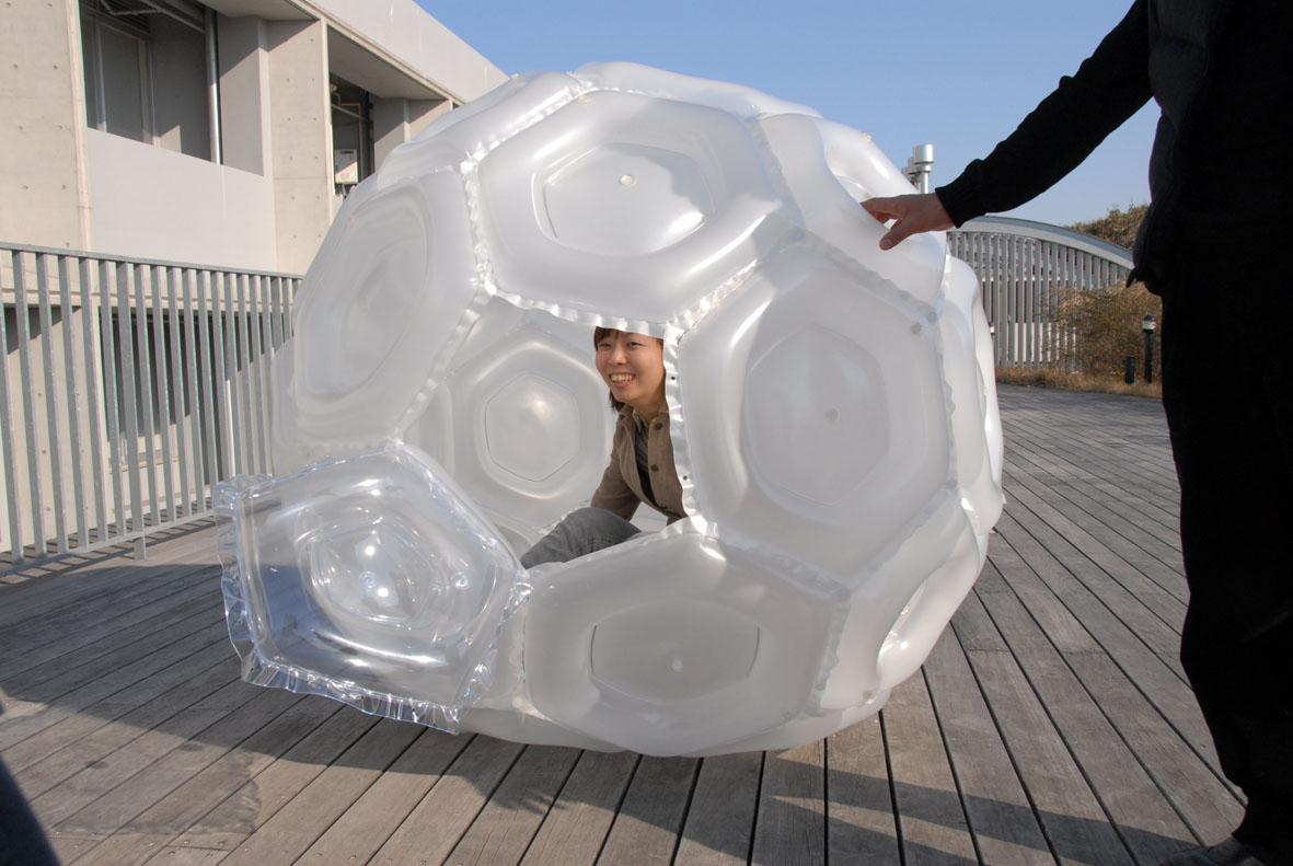 <p>微小重量環境下(浮遊姿勢)での家具「μG-Movable」の制作<br /> 2007</p>