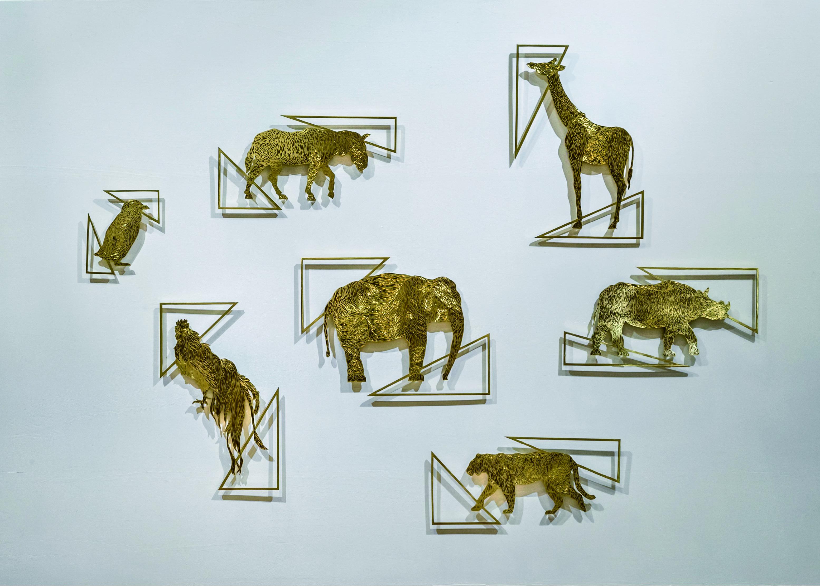 <p>あきびネット特別賞 </p> <p>「壁面動物園」</p> <p>片倉 朱梨 Katakura Akari<br /> (ものづくりデザイン専攻)</p> <p>大森山動物園の動物を基に、和彫(わぼり)で表現された煌めきは、制作を重ねるごとに上達していき、滑らかさと輝きを増している。そこには若者のみずみずしい成長の時間が刻まれている。この作品は西洋絵画の表現とは異なる、日本の装飾文化である彫金を学び、生活空間に「技が育まれる時間」と言う新たな装飾価値を提示する試みである。</p> <p>和彫りたがねによる彫金真鍮製壁掛け7点</p>