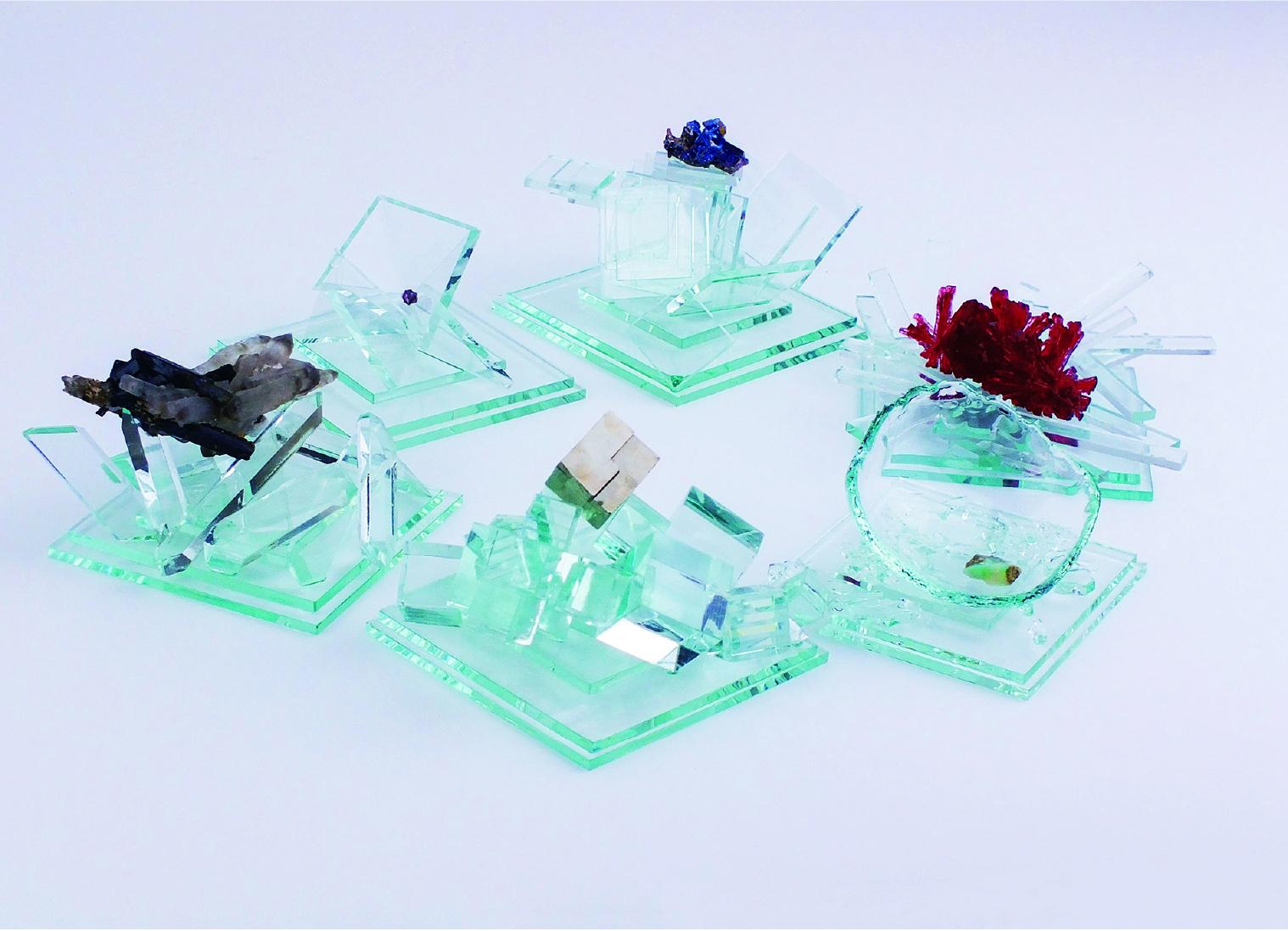 <p>きらり早瀬眞理子奨励賞 </p> <p>「Minerals」</p> <p>鯨井 菜未 Kujirai Nami<br /> (ものづくりデザイン専攻)</p> <p>作者自身が所有する鉱石コレクションの中からモチーフを選び、個々の形態や色調から受ける印象を独自の感性で捉え制作された作品。伝統的な染色技法の一つである型染を用い、作者の感じた鉱石の魅力が充分に表現されている。自然が作った鉱物と人の手を介して形づくられたガラスの組み合わせが、見る人の心に共感とも違和感ともいえる不思議な感情をもたらし、目に見えない世界への関心をいざなう。もう一歩近づくとまた違う世界がみえてくるかもしれないと期待させる魅力を持った作品である。</p> <p>ファブリックパネル13点、ガラスの鉱物展示台6点</p>
